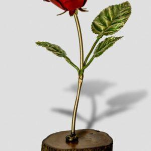 Rosa roja base madera